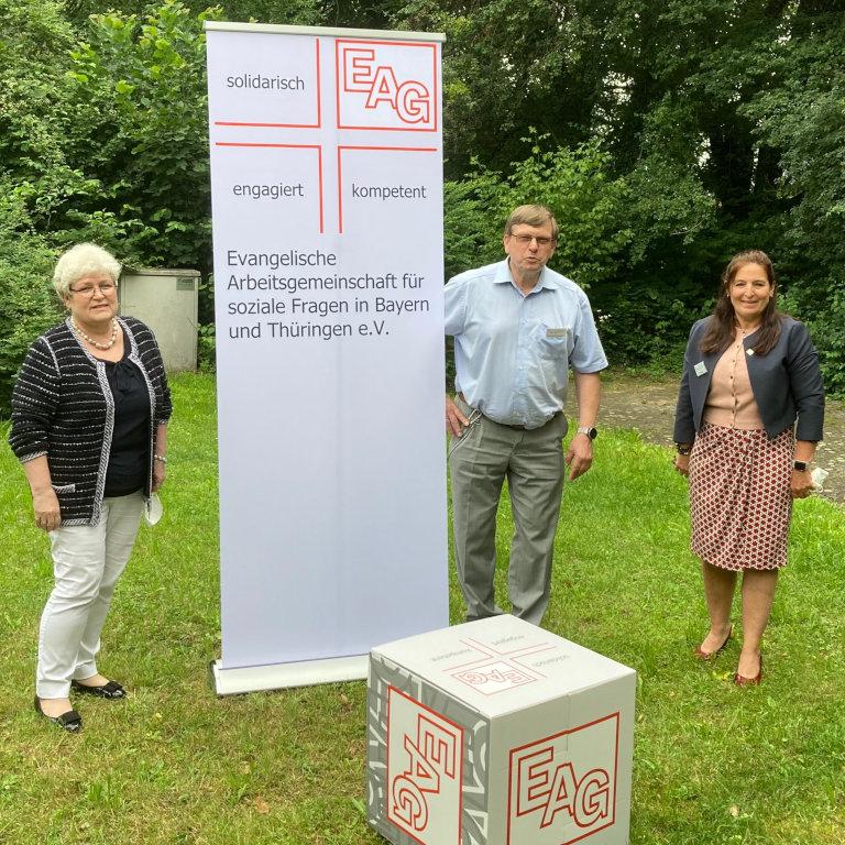 Der neu gewählte geschäftsführende Vorstand der EAG e.V.: Bernhard Dausend (Vorsitz, mitte), Edeltraud Sonnleitner und Petra Hopf (stellvertretende Vorsitzende, links und rechts).
